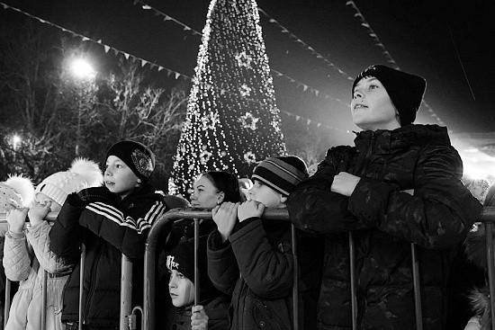 Тысячи севастопольцев приняли участие в открытии главной новогодней елки