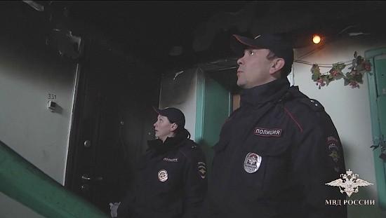 Полицейские спасли людей