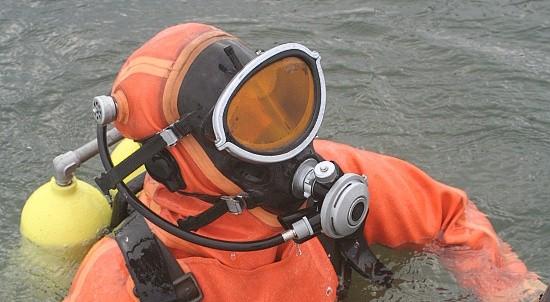 Водолазы ЧФ выполняют работы по подъёму затопленных объектов