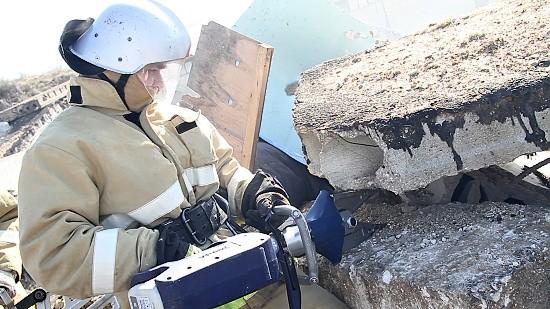 спасатель на месте взрыва дома
