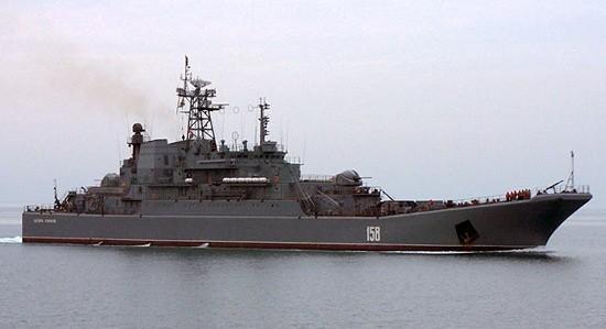 Десантные корабли проводят учение по высадке морского десанта в Крыму
