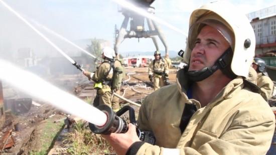 пожарный тушит