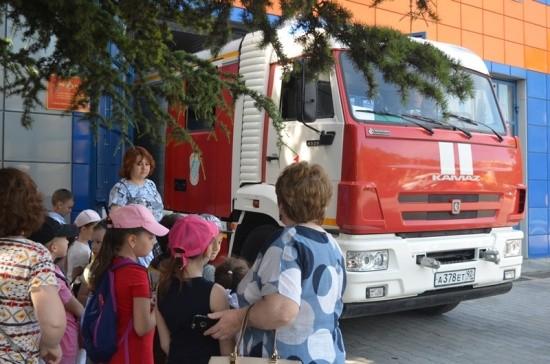 дети у пожарных