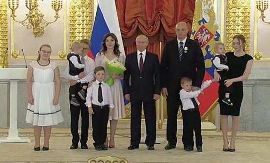 Путин вручил награду