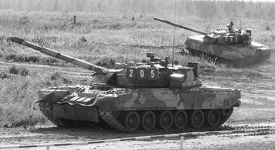 Экипажи танков и бронетранспортеров армейского корпуса проводят учения в Крыму