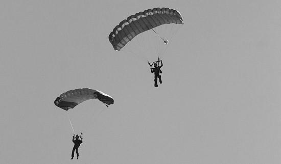 Лётчики морской авиации выполняют прыжки с парашютом