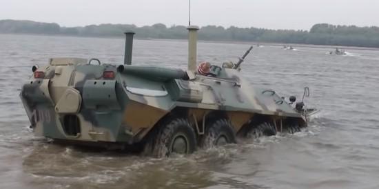 Морские пехотинцы отрабатывают вождение БТР на плаву