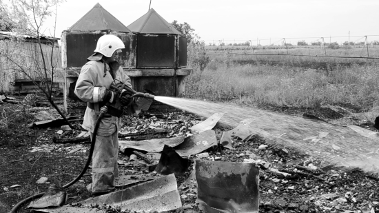 Севастопольские огнеборцы потушили горящую траву
