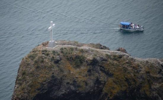 На Георгиевской скале освятили мраморный крест