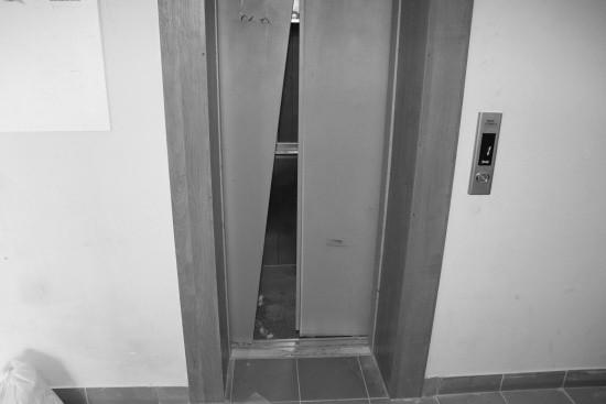 В Севастополе изучают причину падения лифта с пассажирами