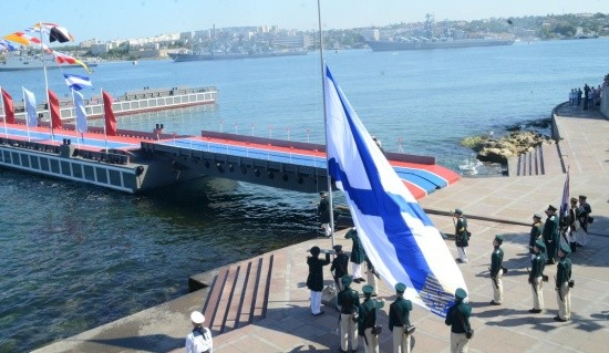 В Севастополе впервые поднят символ Дня ВМФ на Черноморском флоте