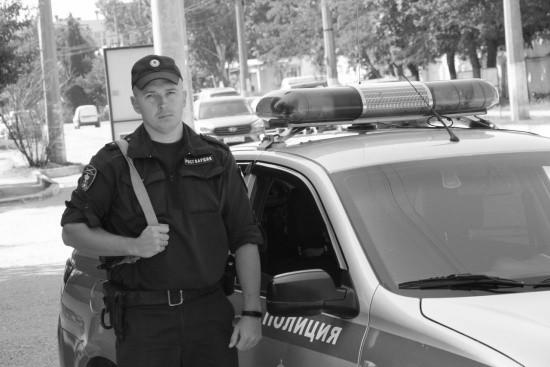 В Севастополе росгвардеец помог женщине выбраться из горящего автомобиля