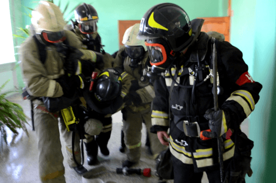 Пожарные провели учения на территории одной из школ