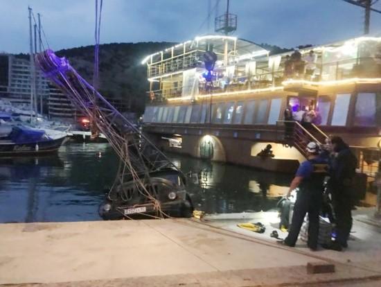 В бухту Балаклавы упал грузовик