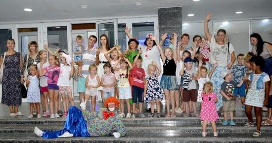 Доктор Пилюля и клоун Тоша устроили праздник детям