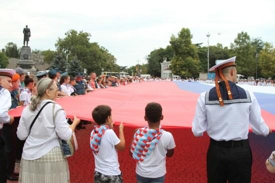 В Севастополе спасатели торжественно отметили День Государственного флага