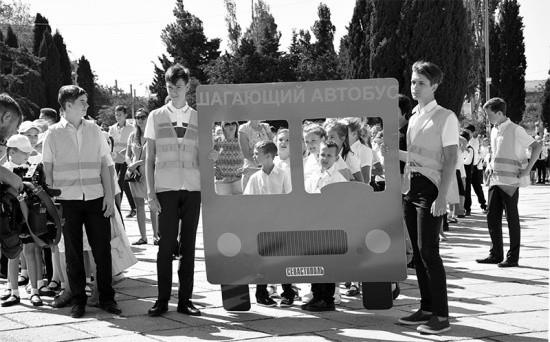 В Севастополе прошла акция «Шагающий автобус»