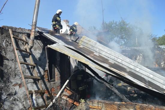 Севастопольские огнеборцы ликвидировали пожар по улице Сладкова (видео)