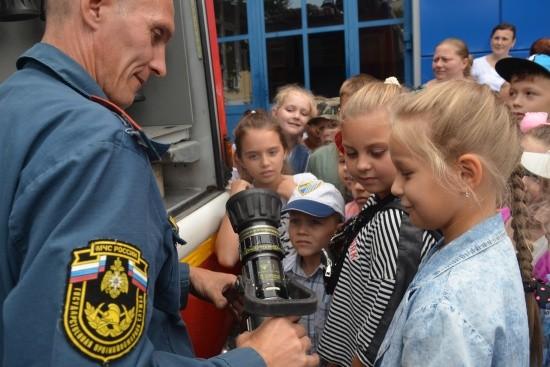 Юные севастопольцы знакомятся с работой огнеборцев