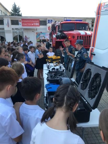 Учащиеся школ Качинского округа познакомились с работой сотрудников МЧС