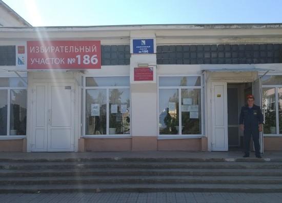 Сотрудники МЧС обеспечили безопасность на избирательных участках