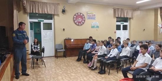 Пиротехники МЧС рассказали севастопольским школьникам о своей работе и правилах безопасности