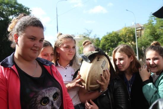 Девушки знакомятся с профессией спасателя