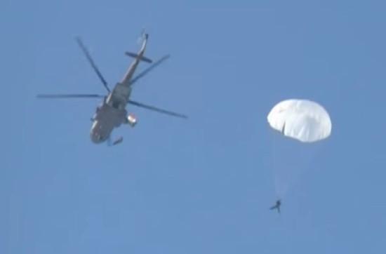 Военнослужащие Черноморского флота выполняют прыжки с парашютом