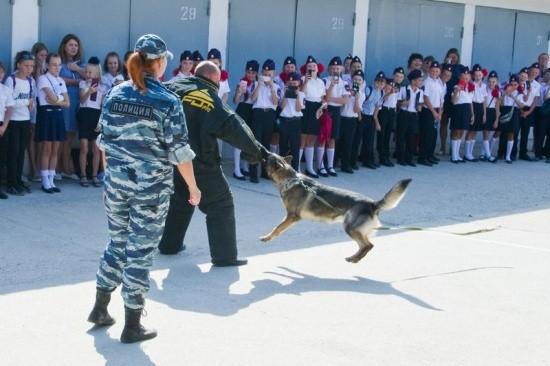 Новые ученики кадетских классов при УМВД познакомились с полицейскими-кинологами