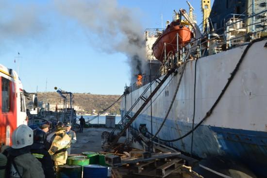 В Севастополе состоялись пожарно-тактические учения на транспортном рефрижераторе «Мангуп»