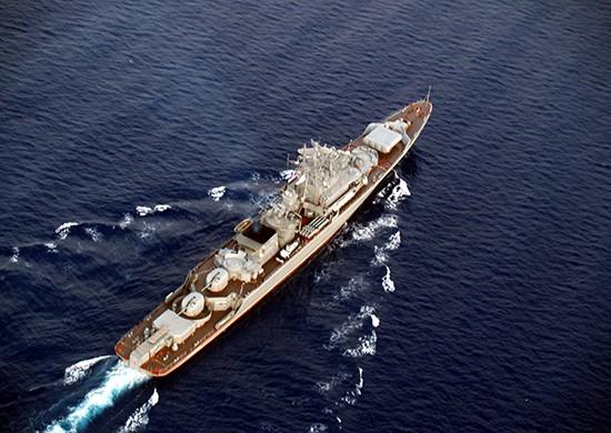 Сторожевой корабль «Пытливый» проходит черноморские проливы