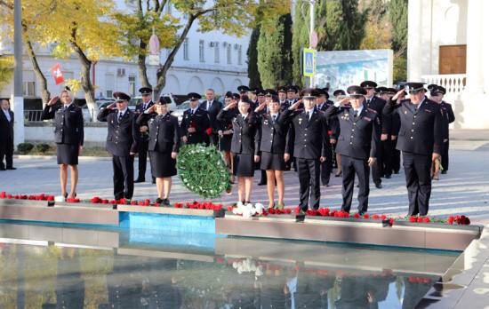 В Севастополе полицейские почтили память сотрудников, погибших при исполнении служебного долга (видео)