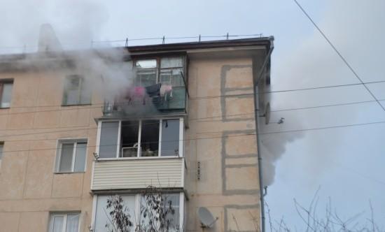 В Севастополе произошел пожар в пятиэтажном доме. Из огня спасены коты