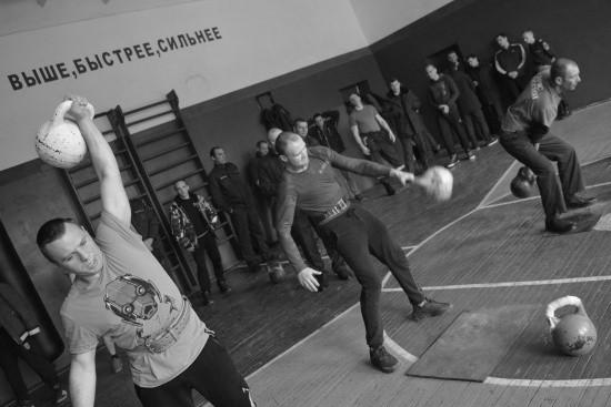 Сотрудники севастопольского МЧС соревновались в гиревом двоеборье