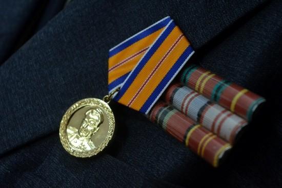 Ветерана гражданской обороны наградили памятной медалью МЧС в Севастополе