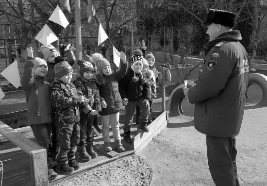 Сотрудники МЧС продолжают проводить уроки безопасности для юных севастопольцев