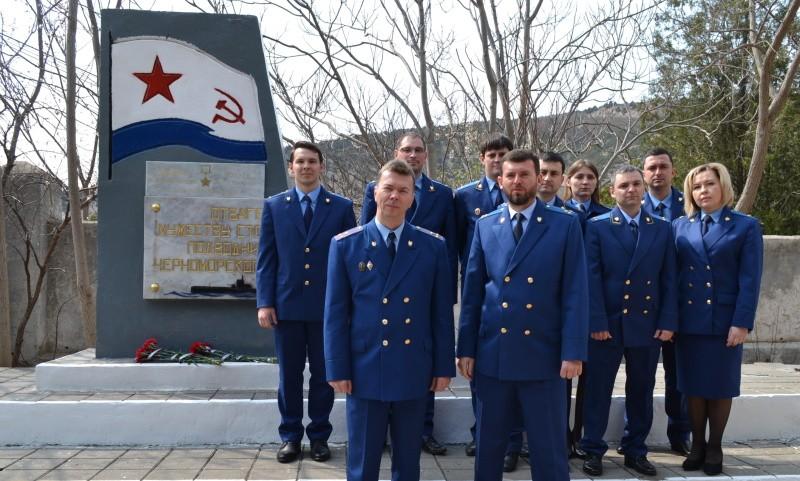 Сотрудники прокуратуры восстановили памятный знак в Севастополе