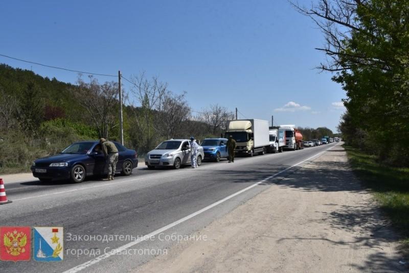 Глава парламента Севастополя посетил блокпосты на подъездах к городу