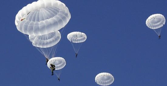 В Севастополе военнослужащие выполнили прыжки с парашютом