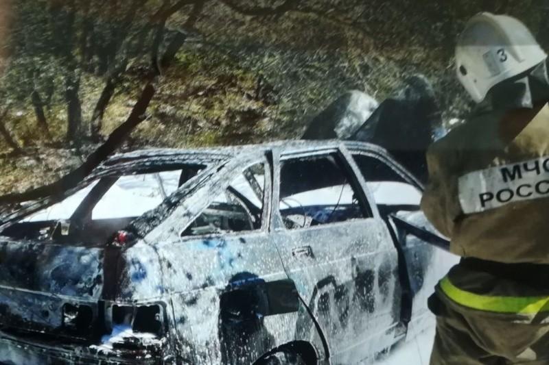 В Севастополе автомобиль врезался в дерево и загорелся
