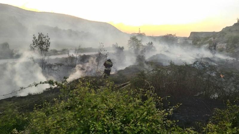 В Севастополе произошло два возгорания сухой травы