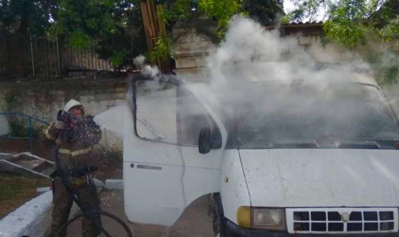 В Севастополе на парковке загорелся автомобиль