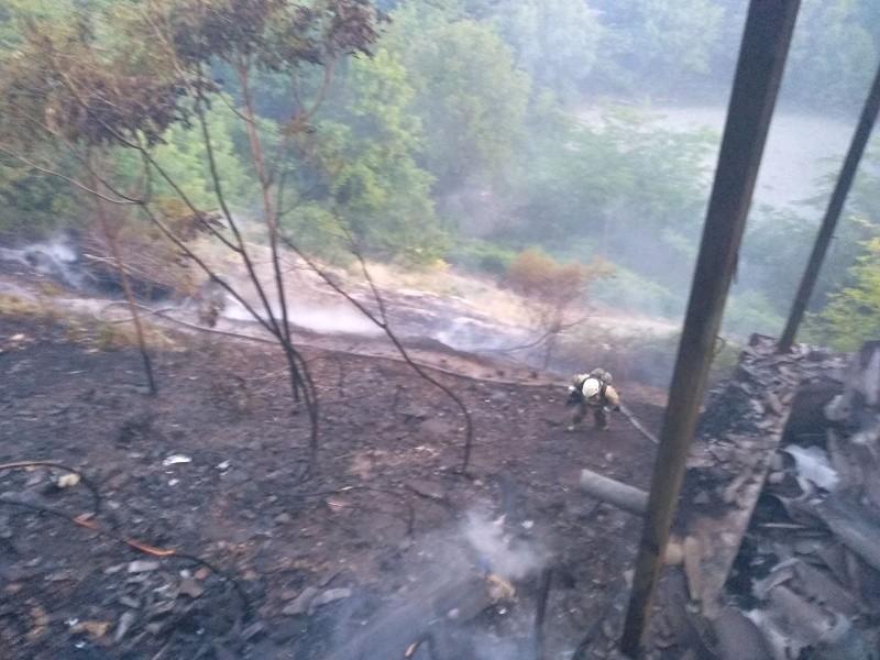В Севастополе произошло крупное возгорание сухой растительности