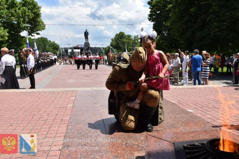 Единый Вечный огонь Севастополя отправлен в Санкт-Петербург