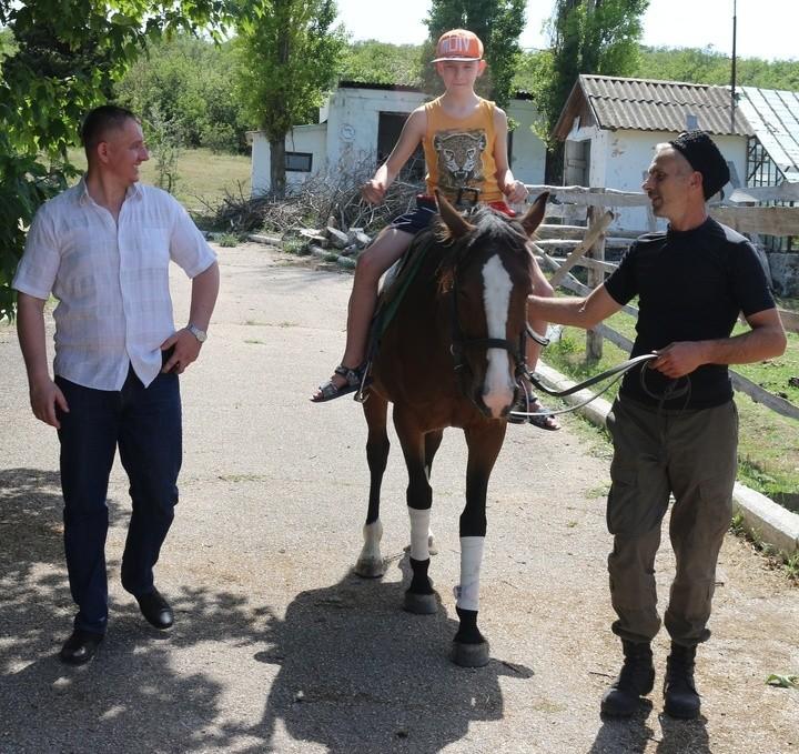 Юные рукопашники Севастополя осваивают верховую езду