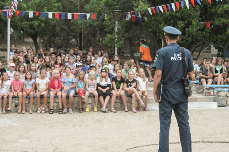 Севастопольские спасатели встретились с детьми в оздоровительных лагерях