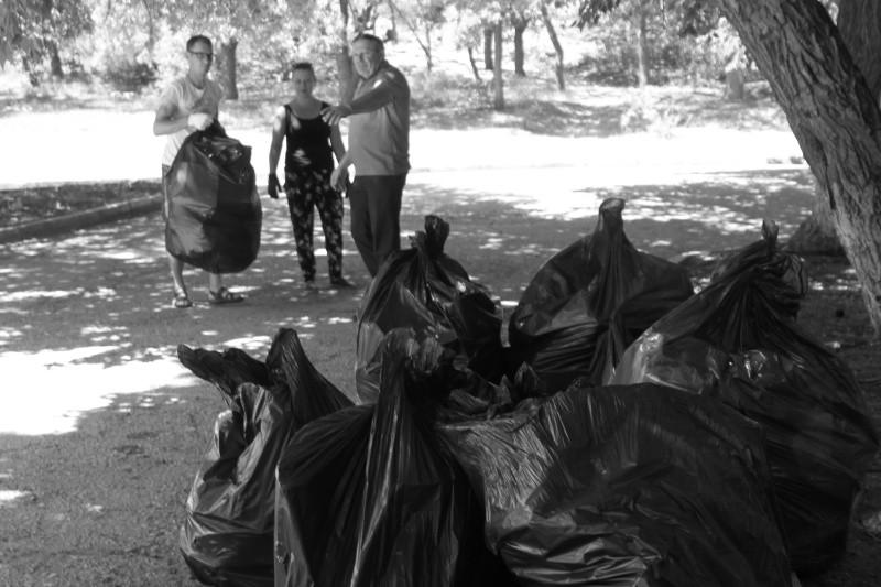 Сотрудники МЧС организовали субботник на территории Ушаковой балки