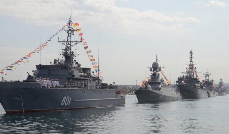 В Севастопольской бухте началось расформирование парадного строя кораблей