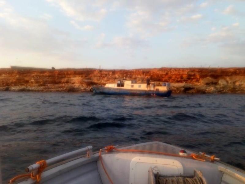 В акватории Севастополя сняли с мели катер, потерявший ход