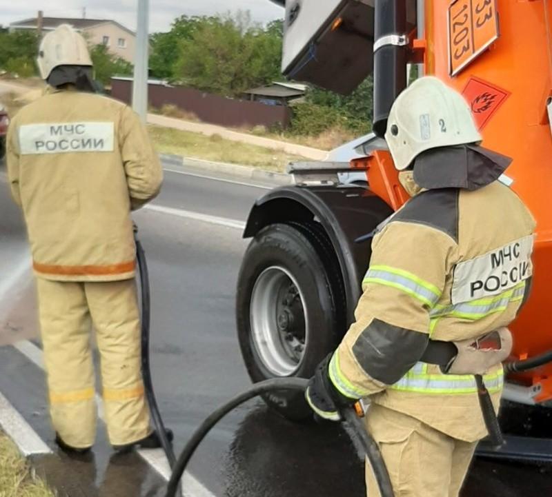 В Севастополе в результате опрокидывания бензовоза произошел разлив топлива